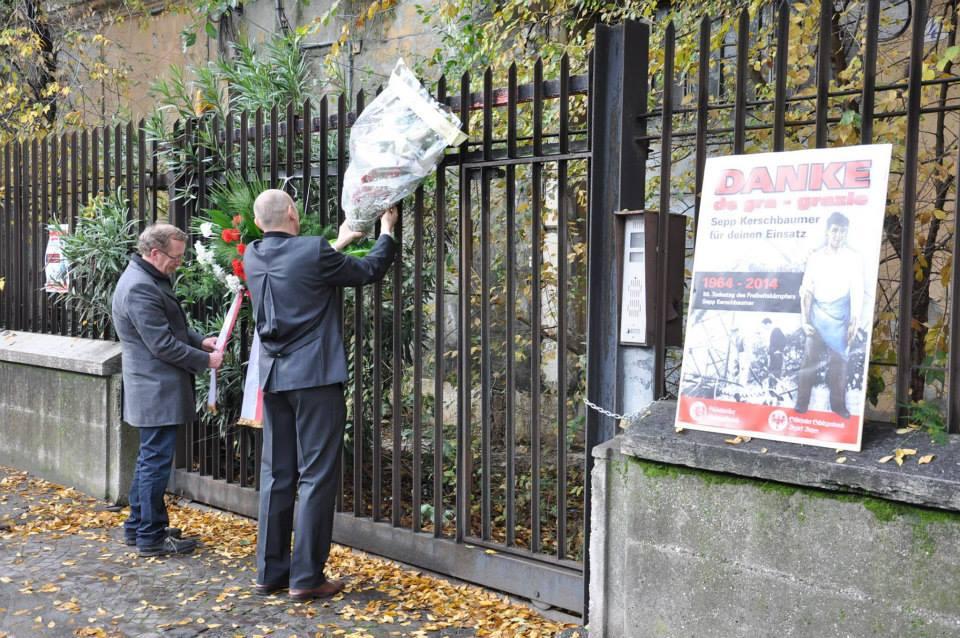 Deposizione dei fiori sul cancello del carcere